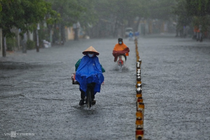 Mưa lớn gây ngập ở đường Nguyễn Văn Khối, quận Gò Vấp hôm 2/6. Ảnh: Hữu Khoa.