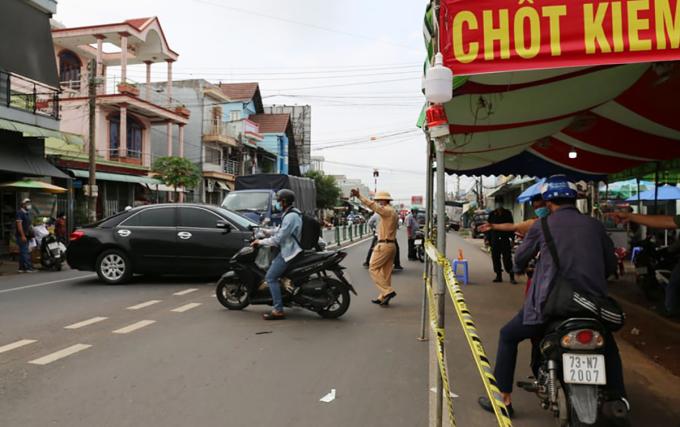 Cảnh sát giao thông yêu cầu những người không có giấy xác nhận xét nghiệm phải quay đầu xe. Ảnh: Đình Văn