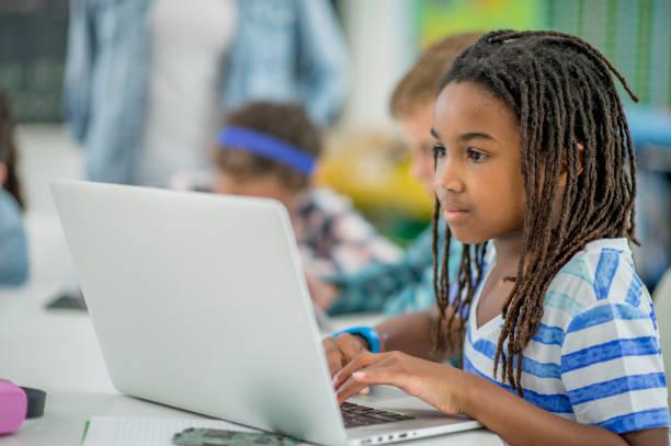 Học sinh học trực tuyến vẫn cần có các cộng đồng xã hội để phát triển bản thân. Ảnh: iStock.