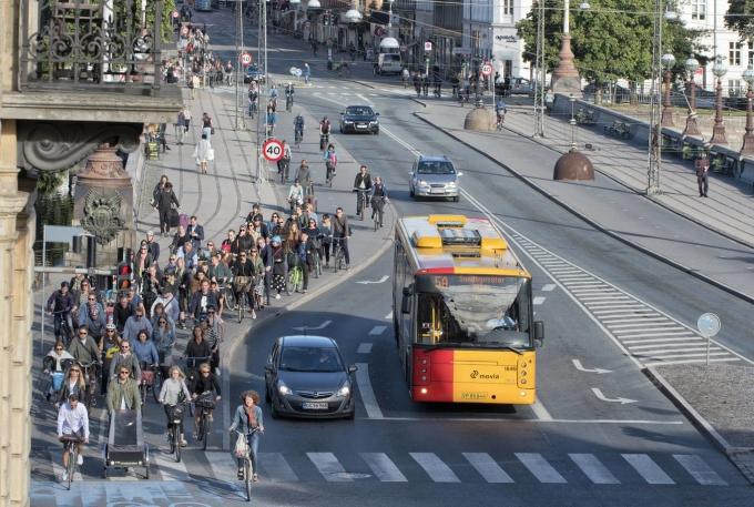 Làn xe đạp ở Copenhagen luôn rất đông đúc. Ảnh: Denmark.dk
