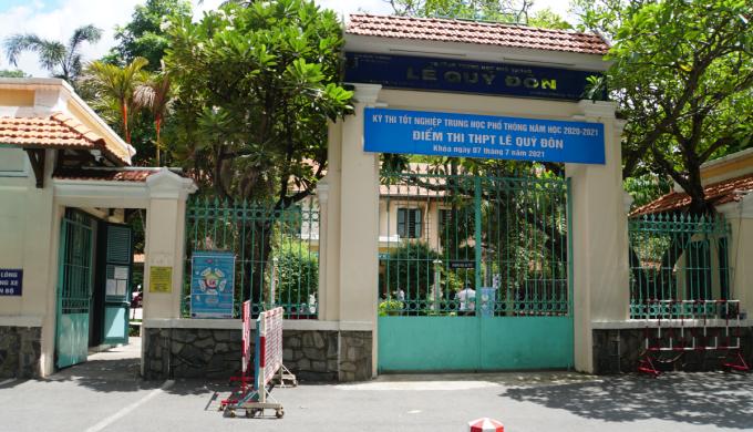 Cổng điểm thi trường THPT Lê Quý Đôn, TP HCM trưa 7/7. Ảnh: Mạnh Tùng.