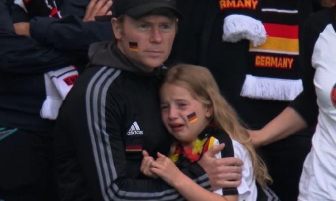 Cô bé khóc vì tuyển Đức được ủng hộ 50.000 USD