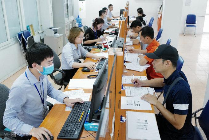 Người lao động làm thủ tục liên quan chính sách bảo hiểm thất nghiệp tại Hà Nội, tháng 6/2020. Ảnh: Ngọc Thành