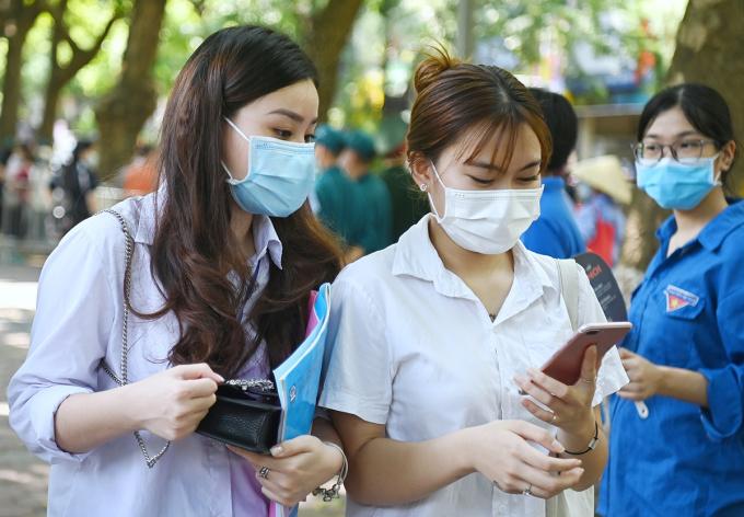 Thí sinh Hà Nội sau buổi thi môn Ngữ văn sáng 7/7. Ảnh: Giang Huy.