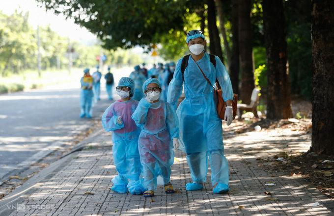 Những đứa trẻ theo người thân rời khu cách ly tập trung KTX Đại học Quốc gia TP HCM, tháng 6/2021. Ảnh: Hữu Khoa