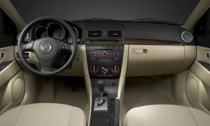 Nội thất Mazda3 đời 2005. Ảnh: Mazda