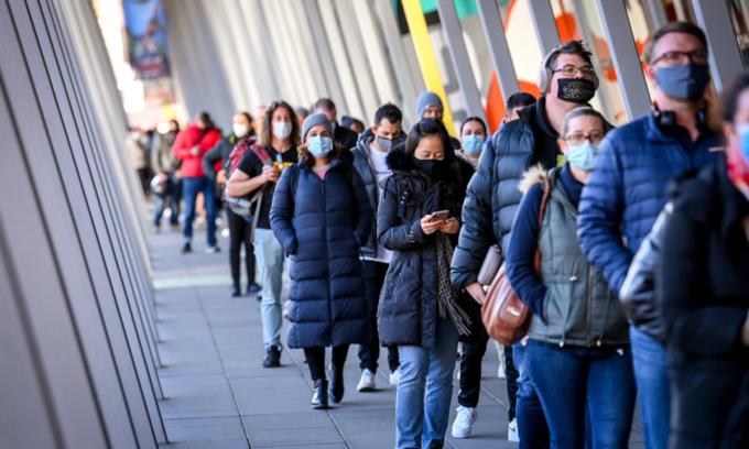 Người dân xếp hàng chờ tiêm vaccine ở Melbounre, Australia hồi đầu tháng 6. Ảnh: Sydney Morning Herald.