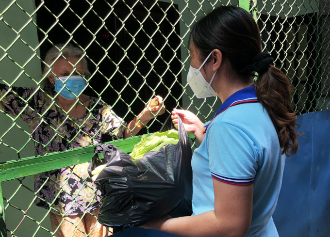 Tổ tình nguyện đi chợ giúp dân