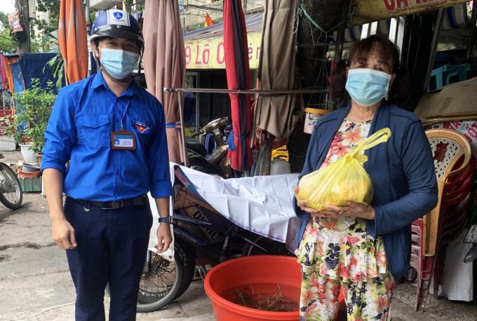 Người dân gặp khó khăn ở quận Bình Thạnh được tình nguyện viên giao thực phẩm miễn phí. Ảnh: An Phương.