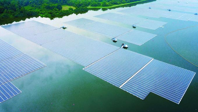 Trang trại điện mặt trời nổi mới đi vào hoạt động trên hồ chứa Tengeh. Ảnh: AFP.