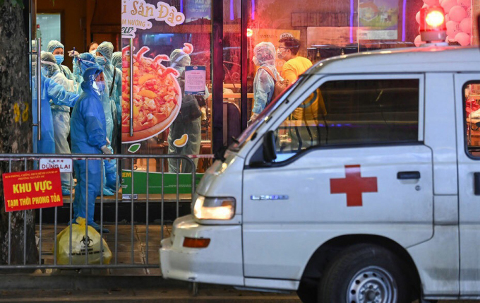 Barie cách ly, xe cứu thương trước cửa quán Pizza tối 15/7. Ảnh: Giang Huy