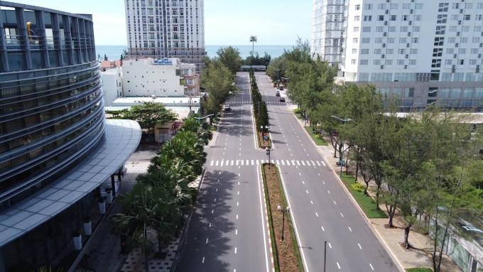 Thành phố biển trải dài hàng km, từng nhộn nhịp với khách du lịch, nay thưa vắng, hàng quán đóng cửa khi giãn cách xã hội theo Chỉ thị 16, tháng 7/2021. Ảnh: Trường Hà.