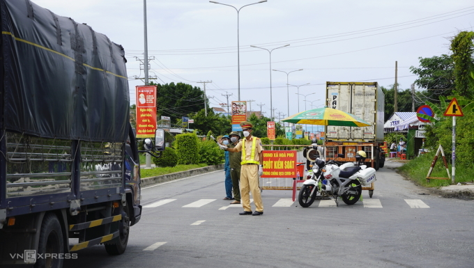 Chốt kiểm soát dịch bệnh huyện Châu Thành, Long An (tháng 7/2021), xe tải ngoài địa phương phải có giấy xét nghiệm âm tính mới được vào địa bàn. Ảnhh: Hoàng Nam.