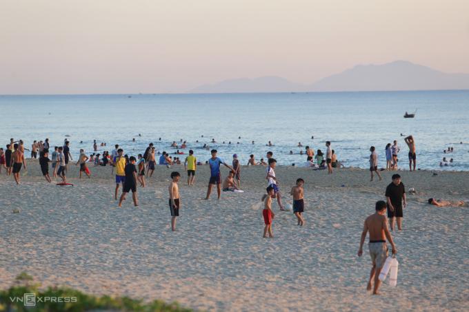 Người dân không đeo khâu trang khi tắm biển Tam Thanh. Ảnh: Đắc Thành.