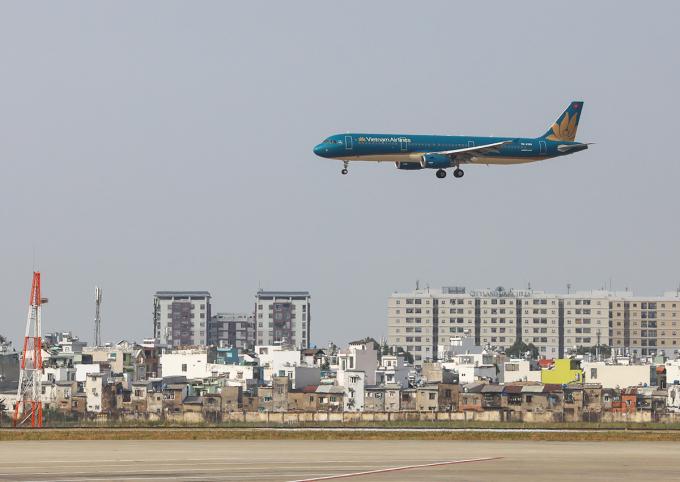 Máy bay đến sân bay Tân Sơn Nhất. Ảnh: Quỳnh Trần.