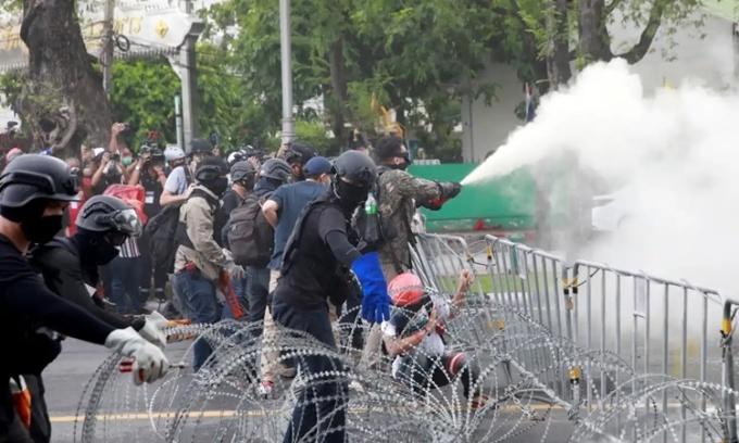 Người biểu tình đụng độ với cảnh sát ở thủ đô Bangkok, Thái Lan, ngày 18/7. Ảnh: Reuters.