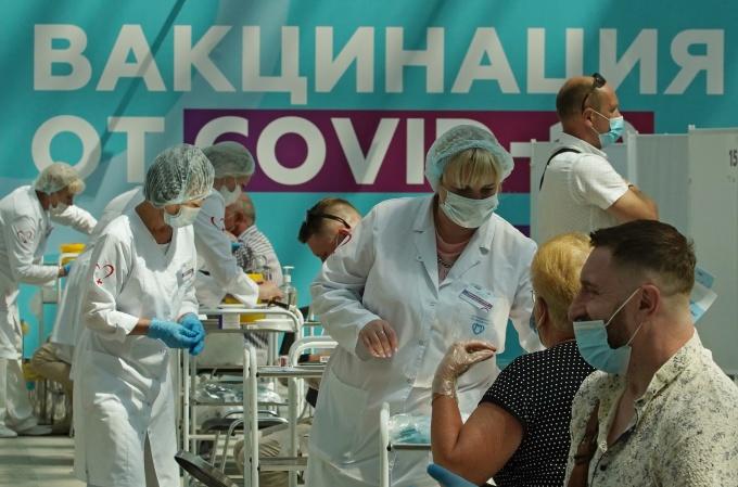 Tiêm vắc xin Covid-19 ở Moskva, Nga vào ngày 6/7. Ảnh: Reuters.