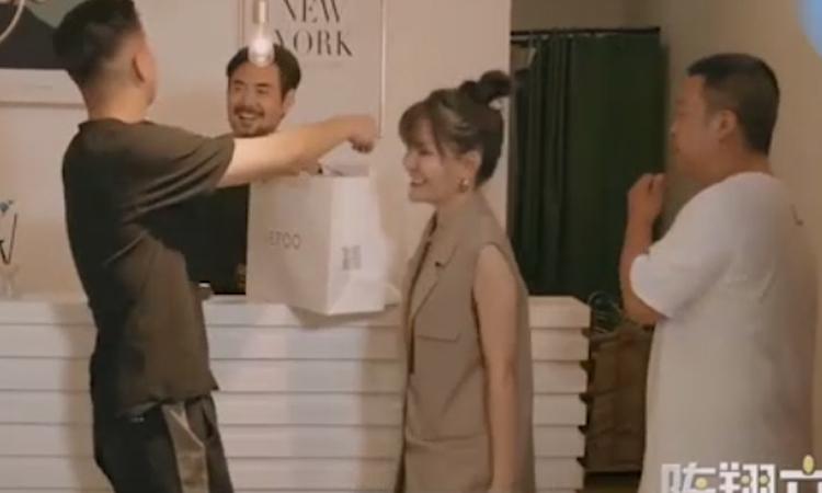 Lý do chồng thường xuyên đưa vợ đi mua sắm