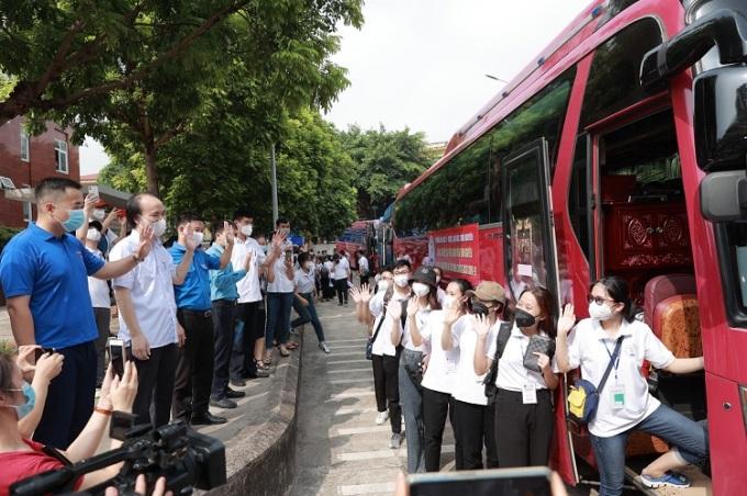 Đoàn tình nguyện viên Đại học Y Dược - Đại học Thái Nguyên trong lễ xuất quân vào TP HCM ngày 20/7. Ảnh: TUMP.