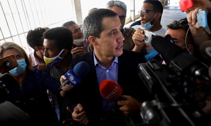 Thủ lĩnh đối lập Venezzuela Juan Guaido trả lời truyền thông tại Caracas hôm 12/7. Ảnh: Reuters.