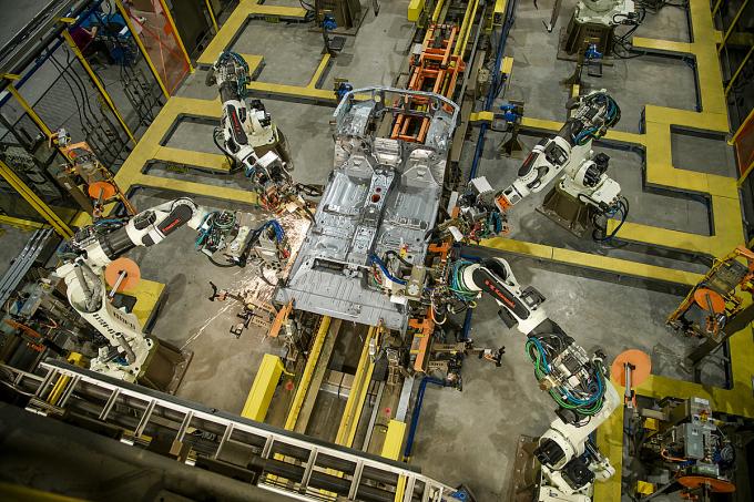 Robot tự động trong một phân đoạn lắp ráp Ford Ranger ở nhà máy Ford tại Hải Dương.