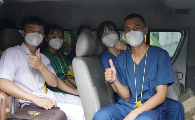 Nhóm hỗ trợ từ Bắc Giang lên xe đến các cơ sở điều trị, lấy mẫu trên địa bàn Long An sáng 21/7. Ảnh: Hoàng Nam