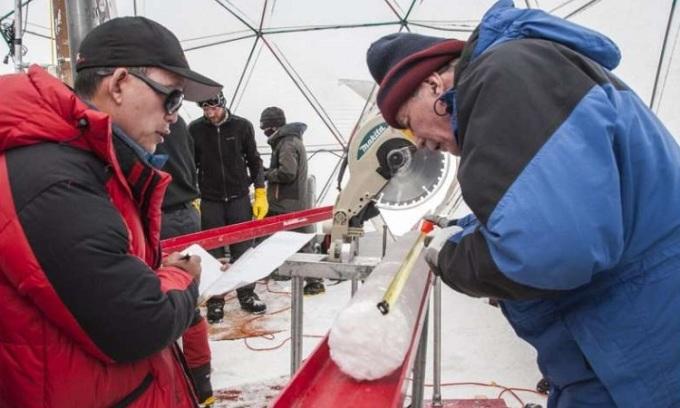 Các nhà nghiên cứu xử lý một lõi băng lấy từ chỏm băng Guliya vào năm 2015. Ảnh: Đại học Ohio.
