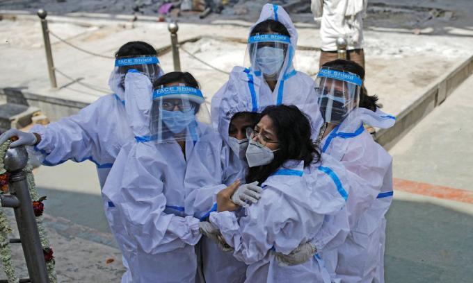 Những người nhà của một bệnh nhân Covid-19 tại lò hỏa táng ở New Delhi, Ấn Độ, hôm 21/4. Ảnh: Reuters.