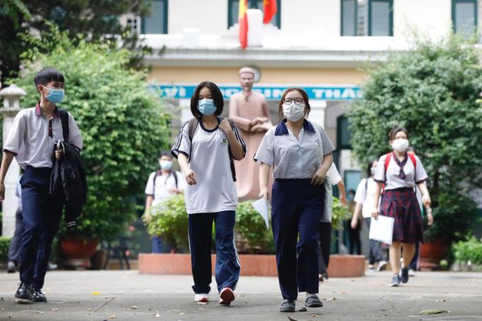 Thí sinh tại điểm thi THPT Lê Quý Đôn, quận 3 trưa 9/7. Ảnh:Hữu Khoa.