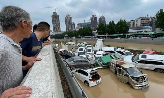 Đường phố ngập lụt khiến xe cộ gặp nạn ở Trịnh Châu. Ảnh: AFP.