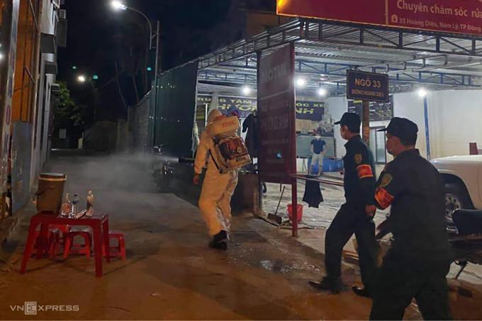 Ngành y tế phun khử khuẩn khu dân cư có ca nhiễm nCoV tại TP Đồng Hới, tối 21/7. Ảnh: Nguyễn Hoàng