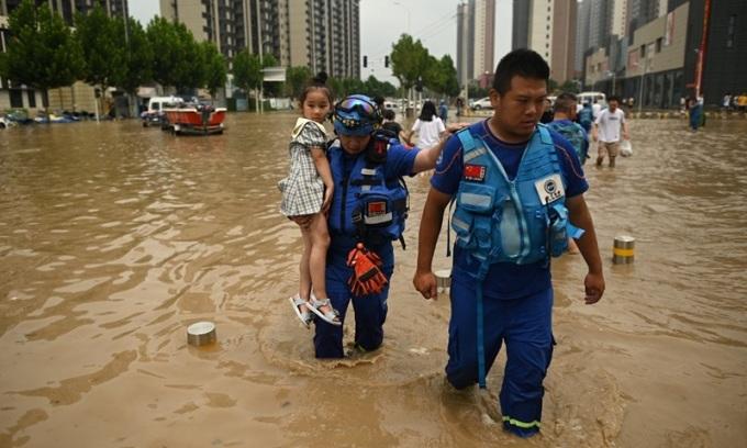 Trung Quốc nổ đập chuyển hướng dòng lũ