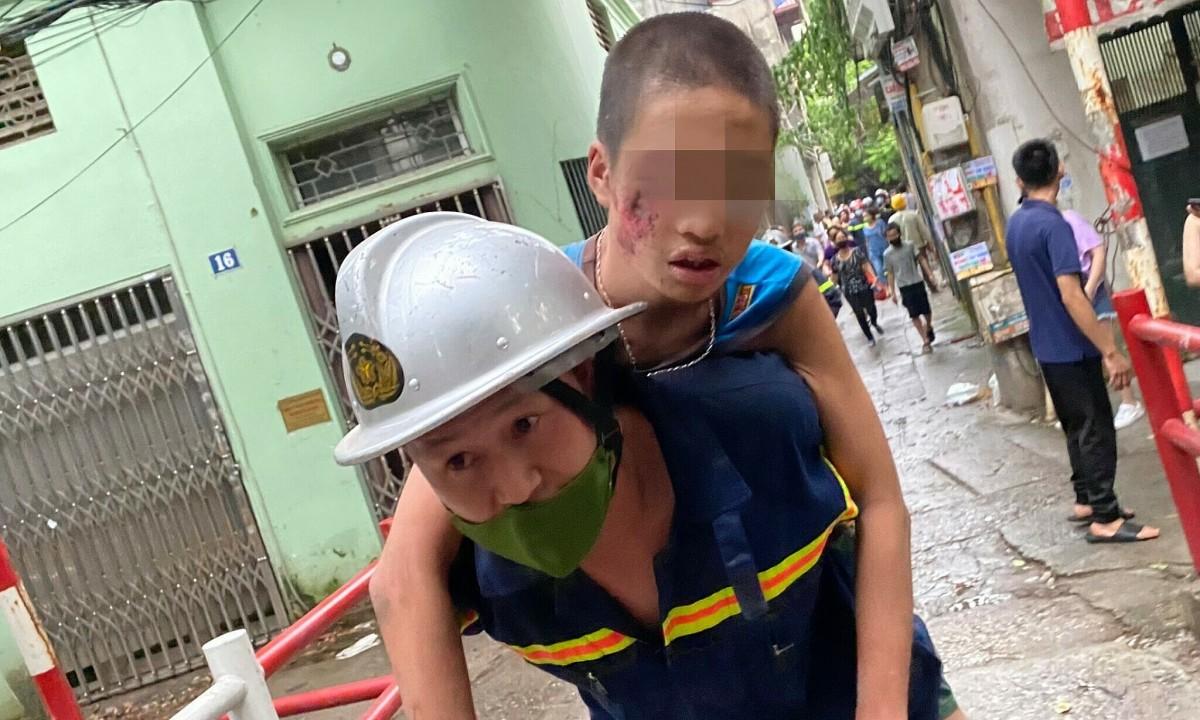 32 phút nghẹt thở cứu bé trai giữa khoảng tường 20 cm