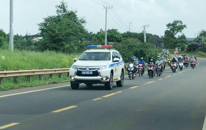 CSGT Đăk Nông dẫn đoàn xe máy trên quốc lộ 14 qua địa phận tỉnh. Ảnh: Trần Hóa