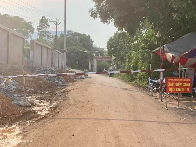 Chốt kiểm soát trên đường thôn ở xã Hoà Sơn (Hoà Bình). Ảnh: Gia Chính
