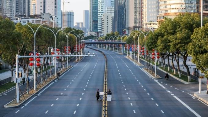 Đường phố Vũ Hán trong những ngày phong tỏa đầu năm 2020. Ảnh: AFP.