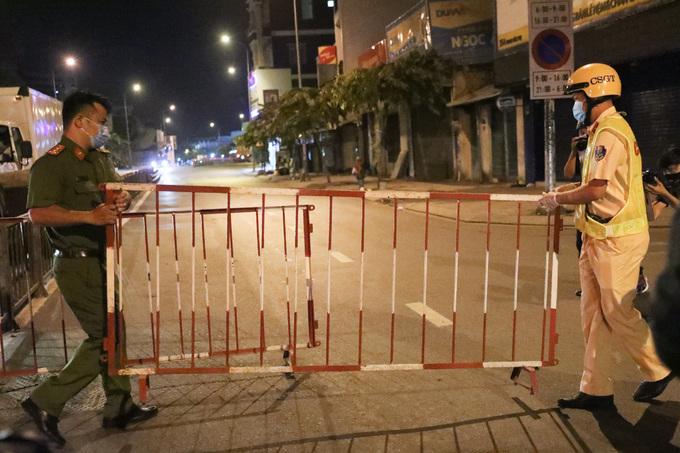 Chốt kiểm soát được lập trên đường Phan Văn Trị, quận Gò Vấp, ngày 31/5. Ảnh:Quỳnh Trần.