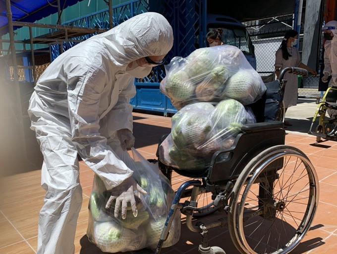 Đội tình nguyện viên tận dụng mọi phương tiện để vận chuyển hàng hoá tặng đến các cơ sở. Ảnh: Trung Kiên.