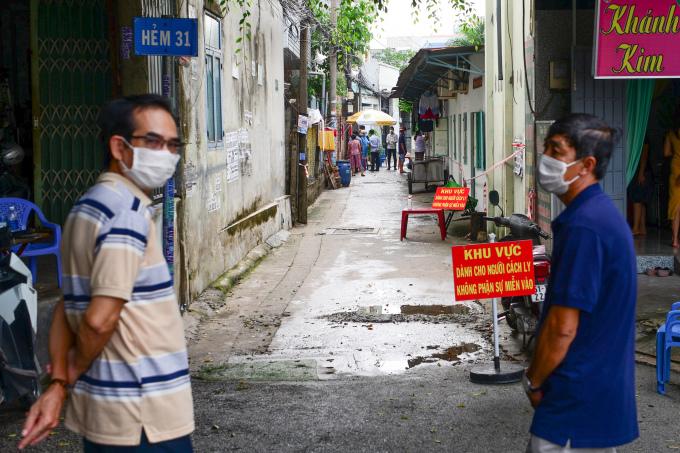 Lực lượng chức năng khoanh vùng con hẻm 31, đường số 8, phường Tăng Nhơn Phú A, TP Thủ Đức để lấy mẫu xét nghiệm do có một ca nghi nhiễm ngày 27/5. Ảnh: Quỳnh Trần.