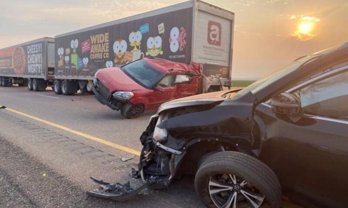Hiện trường tai nạn ở xa lộ số 15, thị trấn Kanosh, bang Utah, ngày 25/7. Ảnh: AFP.