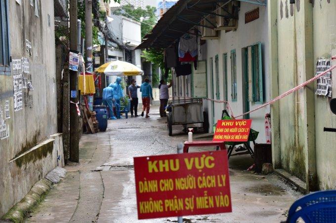 Lực lượng chức năng phong tỏa hẻm 31, đường số 8, phường Tăng Nhơn Phú A, TP Thủ Đức để lấy mẫu xét nghiệm ngày 27/5. Ảnh: Quỳnh Trần.