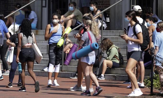 Sinh viên Đại học North Carolina Mỹ trở lại trường học vào tháng 8/2020 khi CDC đẩy mạnh khuyến cáo đeo khẩu trang. Ảnh: AP.