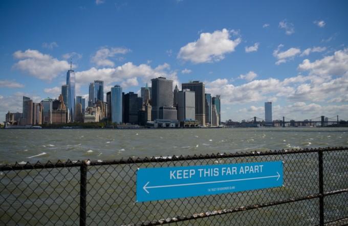Biển cảnh báo duy trì giãn cách xã hội ở thành phố New York hồi tháng 4. Ảnh: AFP.