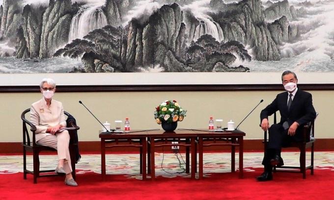 Ngoại trưởng Trung Quốc Vương Nghị (phải) gặp Thứ trưởng Ngoại giao Mỹ Wendy Sherman tại Thiên Tân hôm 26/7. Ảnh: AP.