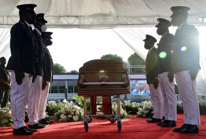 Binh sĩ bảo vệ linh cữu cố tổng thống Jovenel Moise trong tang lễ tại Cap-Haitien hôm 23/7. Ảnh: AFP.