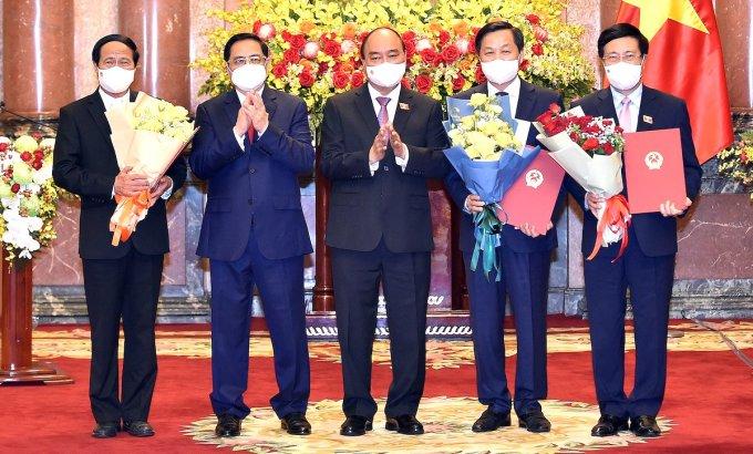 Chủ tịch nước Nguyễn Xuân Phúc trao Quyết định và chúc mừng các Phó Thủ tướng. Ảnh: Giang Huy