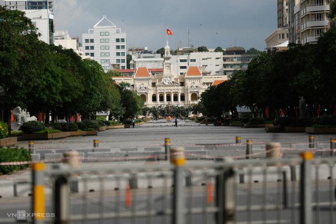 Covid 24h: TP HCM tính giãn cách tiếp, Hà Nội dùng phiếu đi chợ