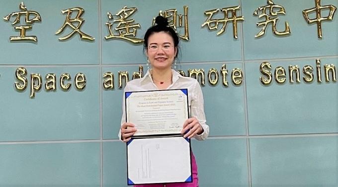 TS Kim Anh nhận giải thưởng danh giá từ tạp chí Progress in Earth and Planetary Science (PEPS) Nhật Bản. Ảnh: NVCC