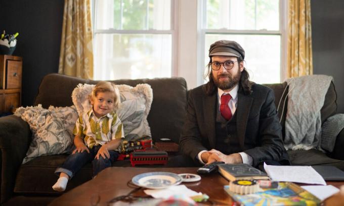 Josh Perldeiner và con trai 2 tuổi tại bang Connecticut, Mỹ. Ảnh: NY Times.