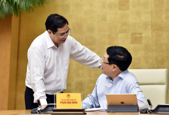 Thủ tướng Phạm Minh Chính trao đổi với Phó thủ tướng Phạm Bình Minh, tại phiên họp Chính phủ tháng 4/2021. Ảnh: Nhật Bắc.